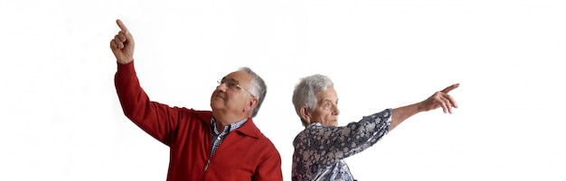 Para dziadków wskazując palcem