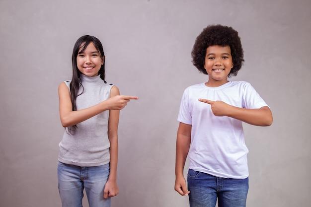 Para dzieci, wskazując na miejsce na tekst.