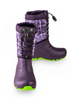 Para dziecięcych butów zimowych z gumową podeszwą. na białym tle.