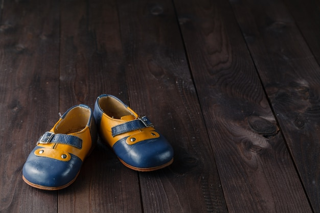 Para dziecko buty na drewnianym stole
