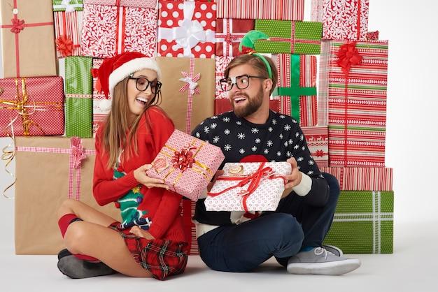 Para dzieląca się prezentami świątecznymi