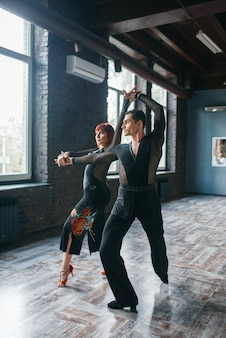 Para elegancja na treningu tańca ballrom w klasie.