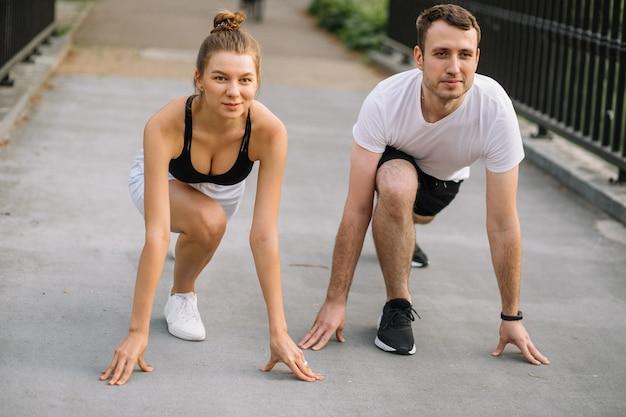 Para fitness gotowa do biegania w parku na świeżym powietrzu, miejskie życie