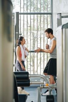 Para flirtuje na siłowni