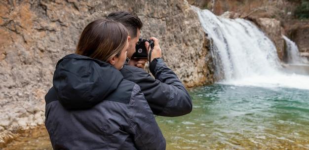 Para fotografująca przyrodę