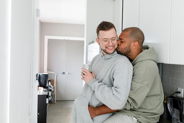 Para gejów pijąca kawę, szczęśliwe małżeństwo hd photo