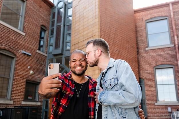 Para gejów robi selfie na randce