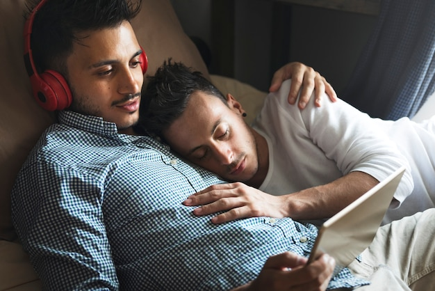 Para gejów spędzających weekend razem