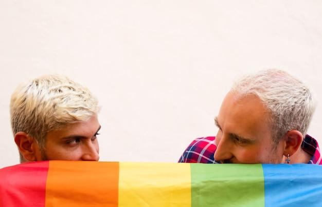 Para gejów za flagą lgbt