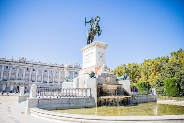 Para gloria de las artes konny posąg filipa iv przed palacio real w madrycie hiszpania w piękny dzień z czystym niebem