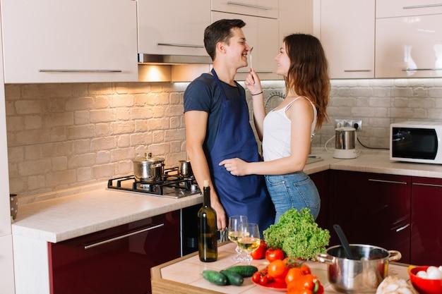 Para gotowania razem w kuchni w domu