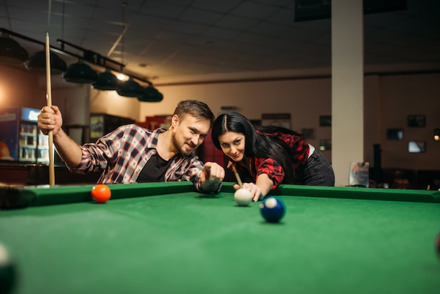 Para gra w sali bilardowej, mężczyzna celem gracza
