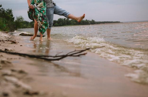 Para grać woda brzegowa plamy miłość ubrania