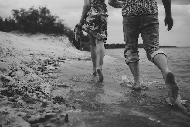 Para grać woda rozpryskuje miłość ubrania