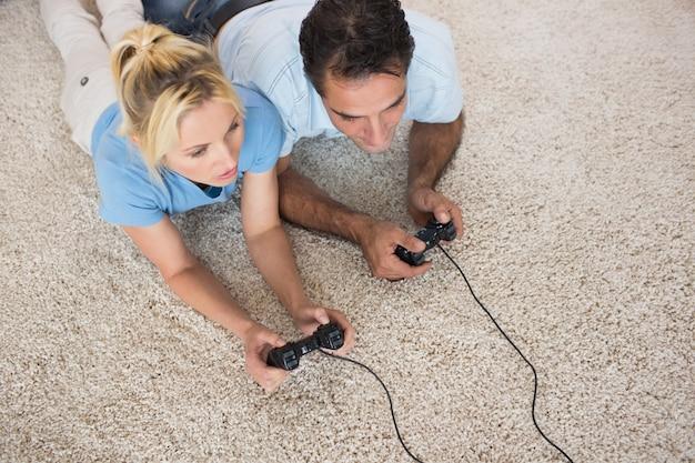 Para grając w gry wideo na terenie dywan w domu