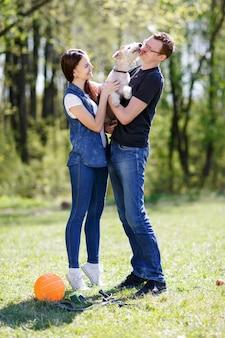 Para i pies liżą swojego właściciela w twarz na znak uczucia