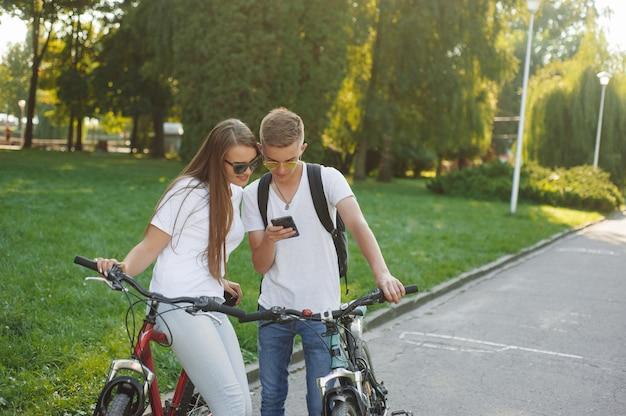 Para, jazda na rowerach w lesie latem