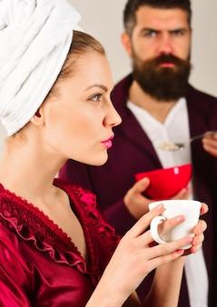 Para jedząca poranne śniadanie mąż i żona jedzą razem śniadanie związek rodzinny