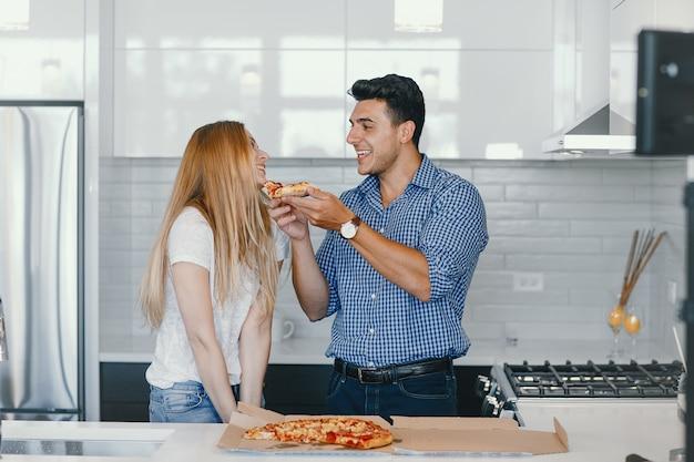 Para jedzenie pizzy