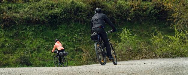 Para jedzie bicykle na zewnątrz szerokiego widoku