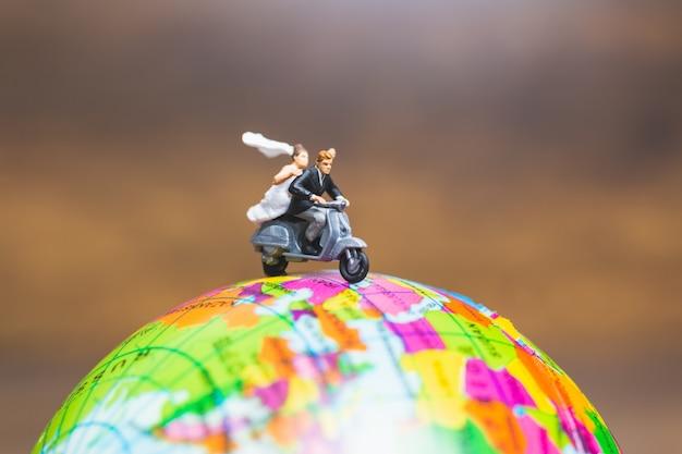 Para jedzie motocykl na kuli ziemskiej, walentynek pojęcie