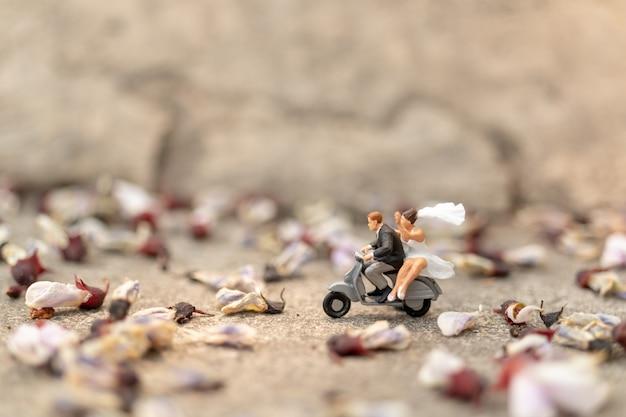 Para jedzie na motocyklu w ogrodzie