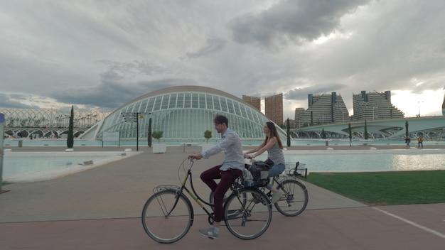 Para jedzie na rowerach wzdłuż nowoczesnego widoku walencji