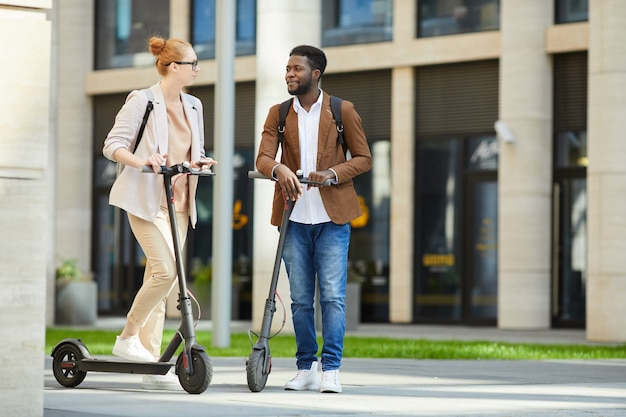 Para jedzie skutery elektryczne w mieście