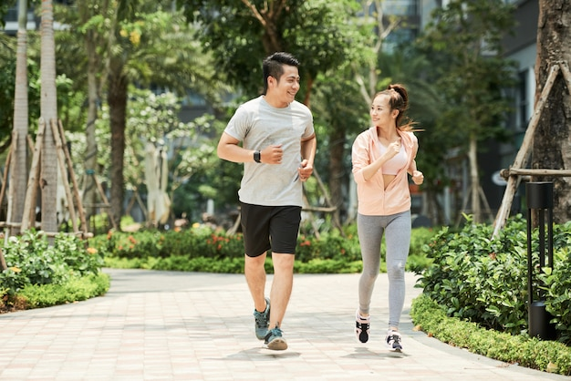 Para jogging w parku