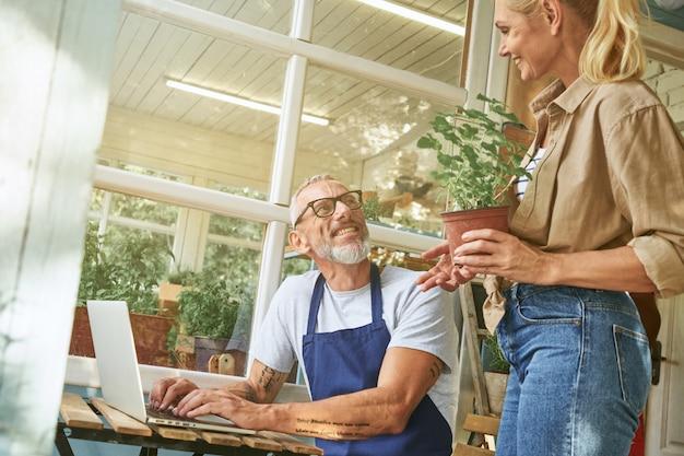 Para kaukaska w średnim wieku pracuje na komputerze