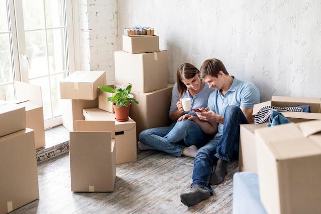 Para kawę podczas pakowania, aby wyprowadzić się z domu