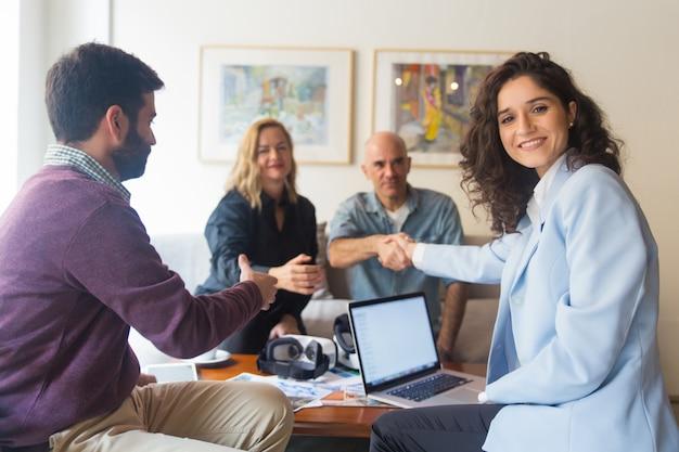 Para klientów w średnim wieku zatrudniających zespół