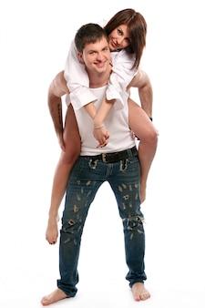 Para, kobieta na plecach mężczyzny