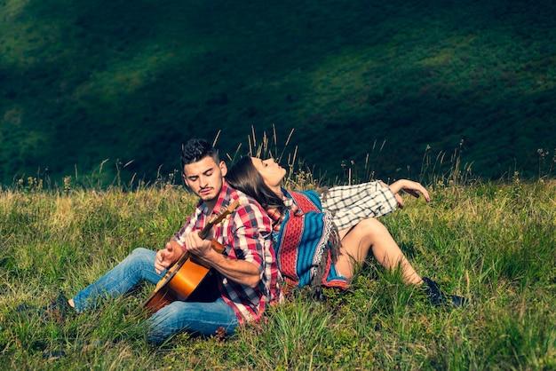 Para kocha kemping. weekend na świeżym powietrzu. ludzie korzystający z pikniku w słoneczny dzień. letnie wakacje.