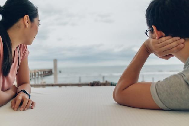 Para kochanek siedzieć przy stole na plaży.