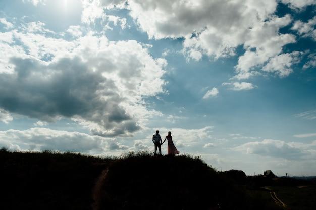 Para kochanek sylwetka szczęśliwy niebo zachód słońca