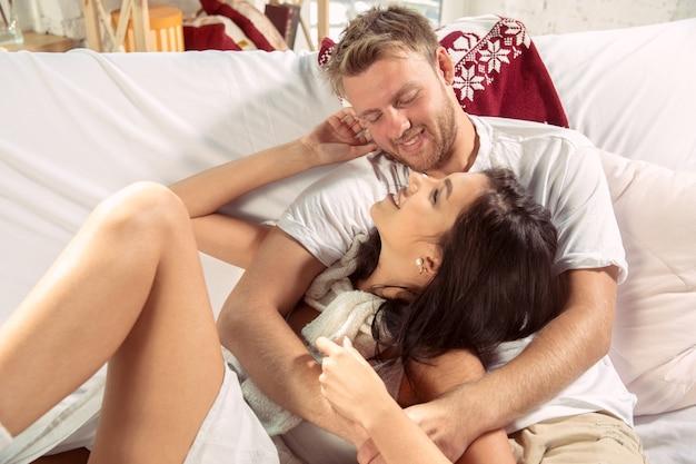 Para kochanków razem relaks w domu.