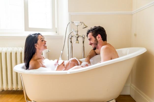 Para kochanków w łazience