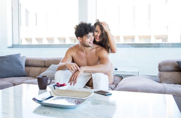 Para kochanków w mieszkaniu