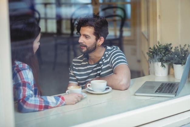 Para komunikuje się w kawiarni