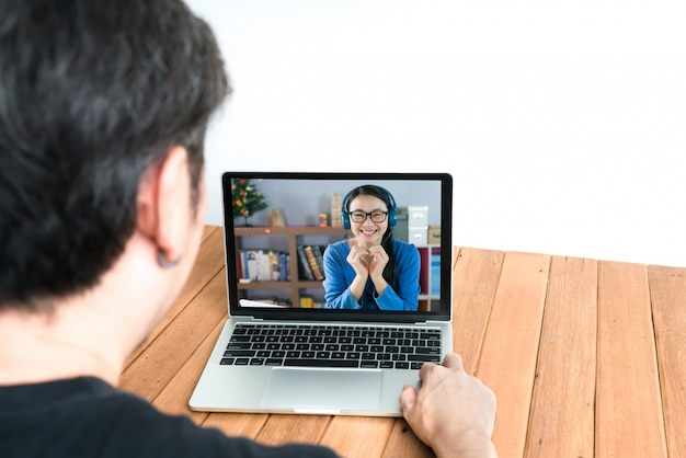 Para korzysta z laptopa do rozmów wideo. koncepcja zdalnej komunikacji