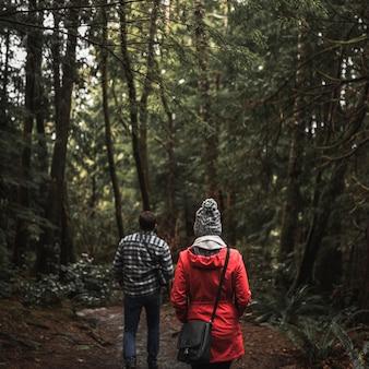 Para korzystających spacer w lesie