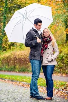 Para korzystających dzień upadku po spacerze pomimo deszczu