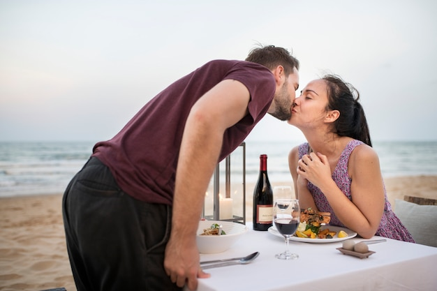 Para korzystających romantyczną kolację na plaży