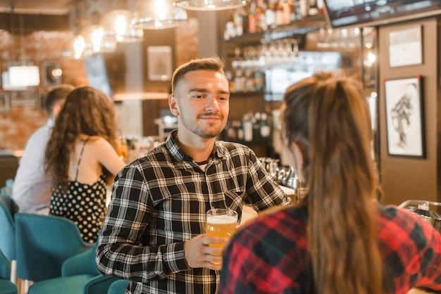 Para korzystających wieczorem drinki w barze