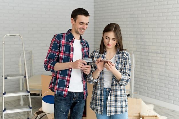 Para kupuje online za pomocą karty kredytowej i telefonu