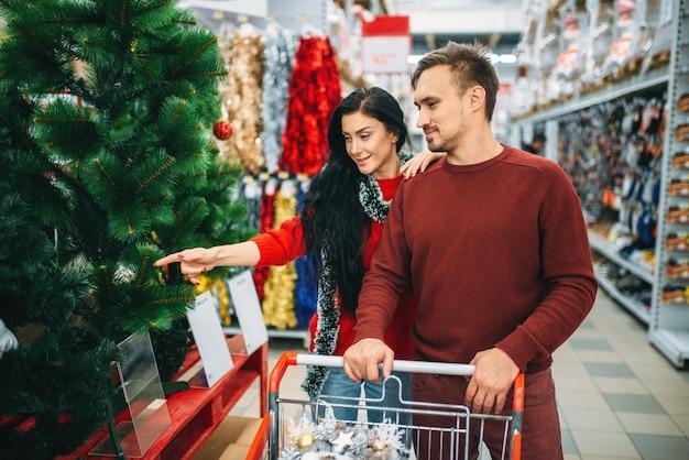 Para kupuje towary noworoczne w supermarkecie