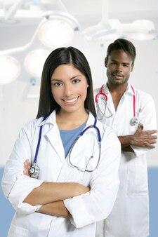 Para lekarzy asian indian kobieta i afrykański mężczyzna