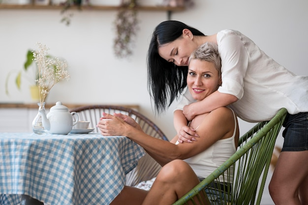 Para lesbijek, ciesząc się poranną kawą