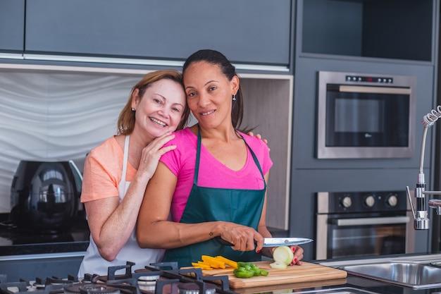 Para lesbijek gotuje razem w miłości